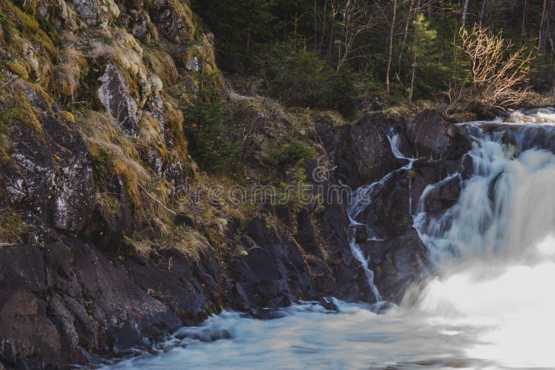 Fondo de la cascada. . Rocky Flowing River foto de archivo