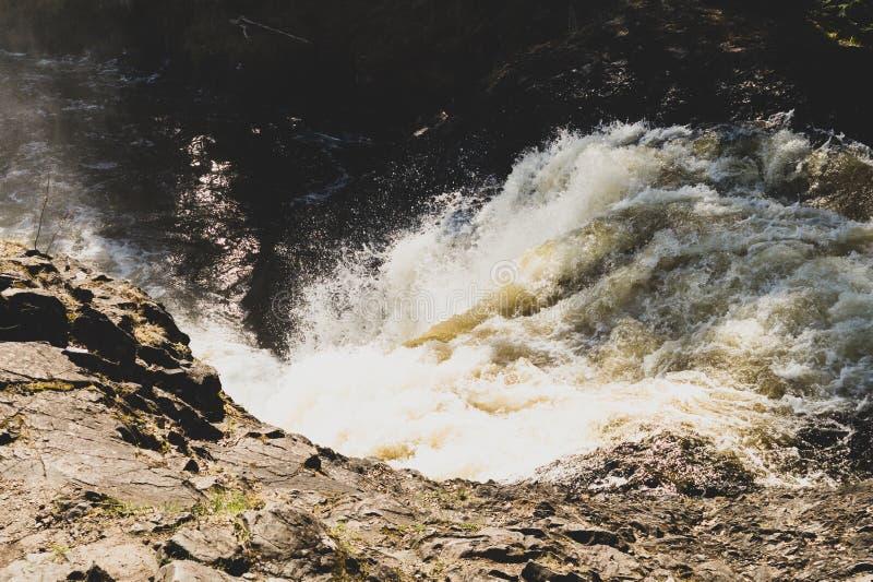 Fondo de la cascada. . Rocky Flowing River fotografía de archivo
