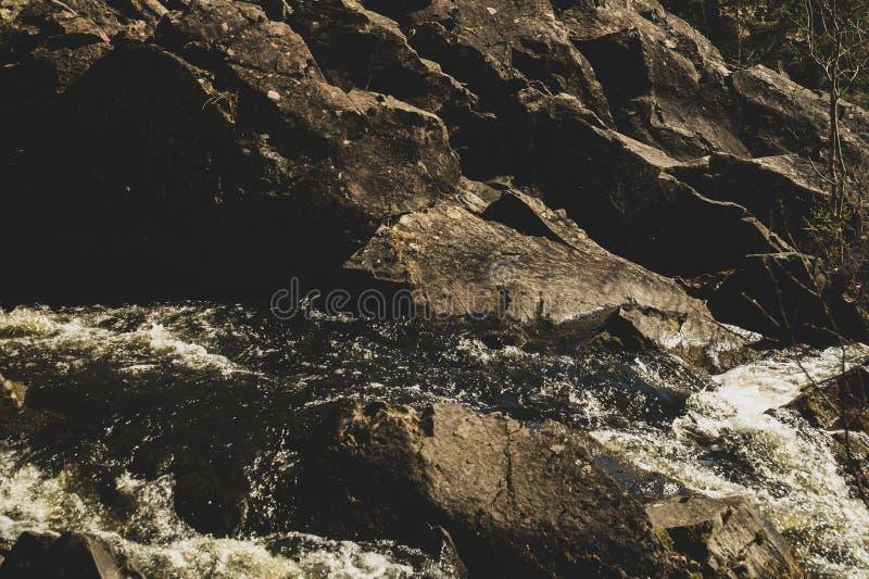 Fondo de la cascada. . Rocky Flowing River foto de archivo libre de regalías