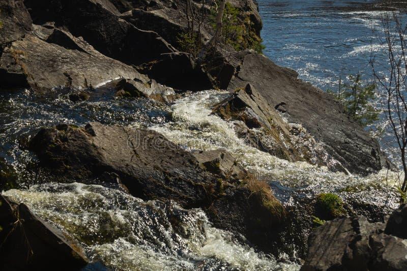 Fondo de la cascada. . Rocky Flowing River imagen de archivo libre de regalías
