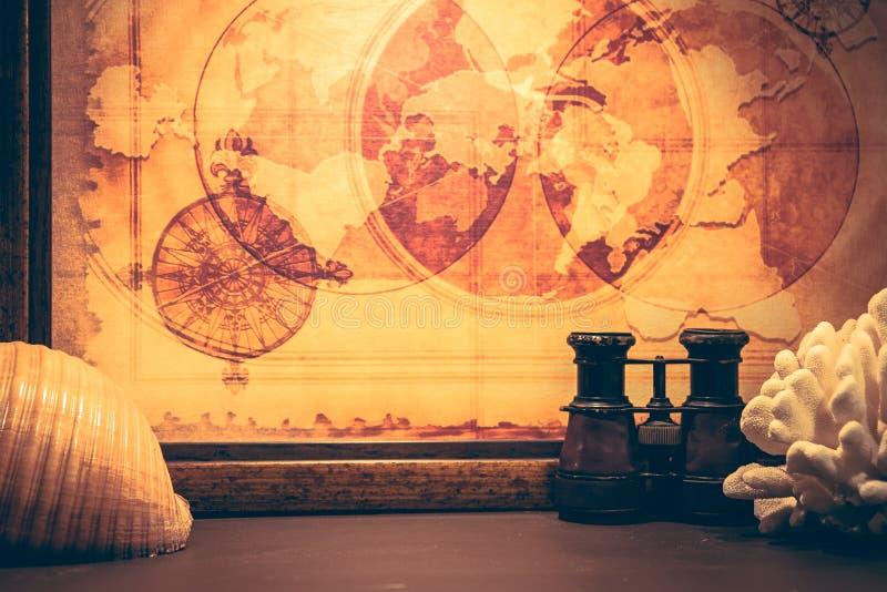 Fondo de la caza del tesoro de la aventura del vintage con la cáscara binocular del mar del mapa antiguo del mar y el estilo retr foto de archivo