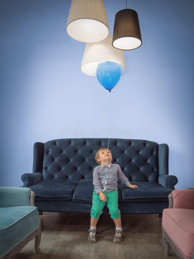 Fondo de la celebración de los niños Concepto feliz de la niñez Muchacho lindo con el globo que se divierte en casa foto de archivo libre de regalías