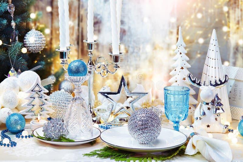 Fondo de la cena de CChristmas, placa, bifurcación, y decoración festiva Sistema de plata y poner crema de la tabla de la Navidad imágenes de archivo libres de regalías