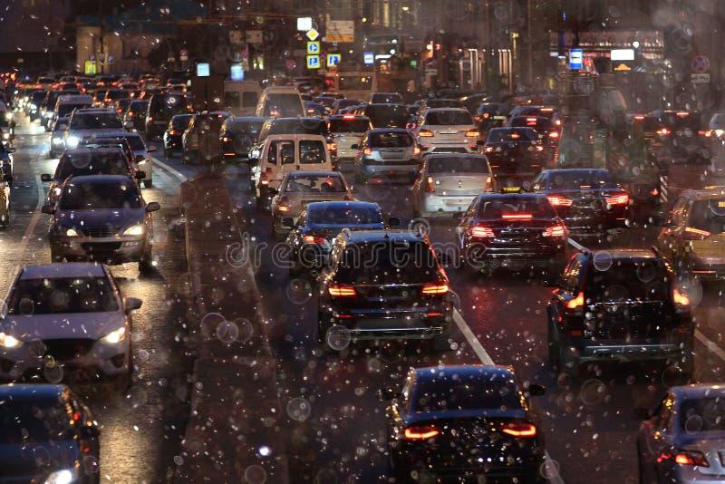 Fondo de la ciudad de la noche con los coches del movimiento imágenes de archivo libres de regalías