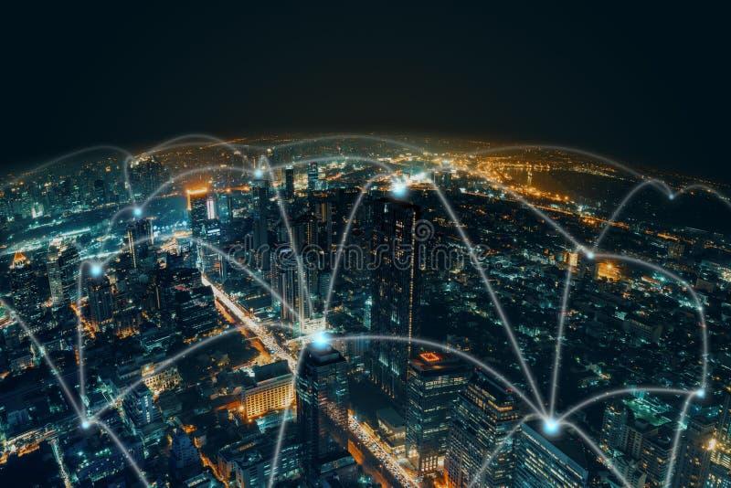 Fondo de la ciudad de la noche de la tecnología de la red y de la conexión en el centro de negocios Bangkok Tailandia Conexión in imagen de archivo libre de regalías