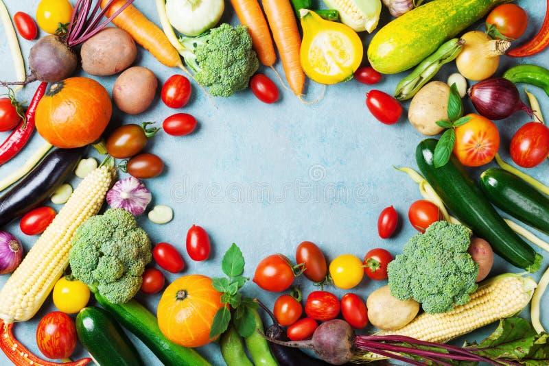 Fondo de la comida con la opinión superior de las verduras de la granja del otoño y de los cultivos de raíces Cosecha sana y orgá foto de archivo