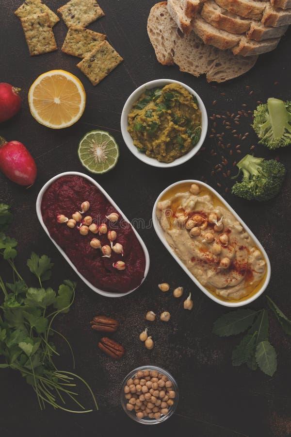 Fondo de la comida del vegano Bocados vegetarianos: hummus, hummu de las remolachas imagen de archivo libre de regalías