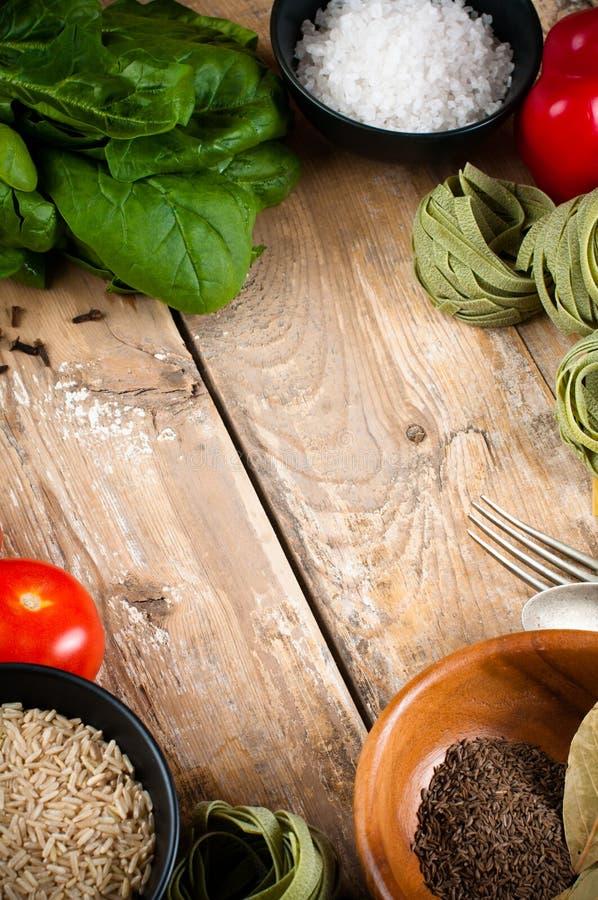 Fondo de la comida en el tablero de madera foto de archivo
