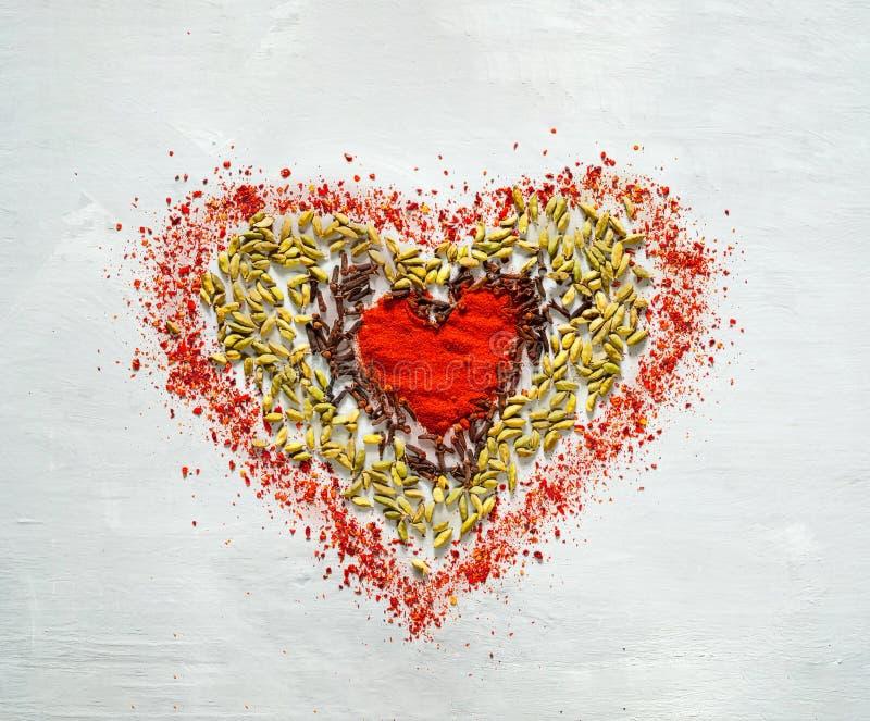 Fondo de la comida de especias en la forma del corazón fotos de archivo libres de regalías