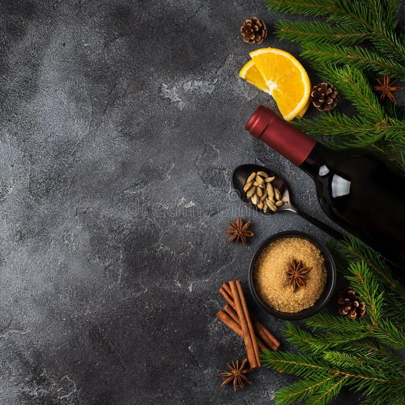 Fondo de la comida de la Navidad con los ingredientes para el vino reflexionado sobre fotos de archivo libres de regalías