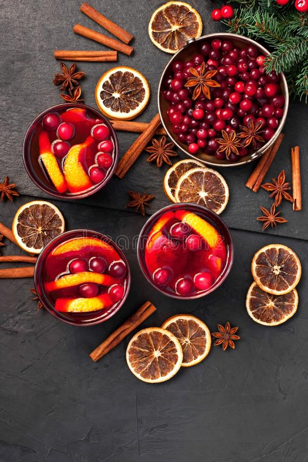 Fondo de la comida de la Navidad con los ingredientes para el vino reflexionado sobre fotografía de archivo