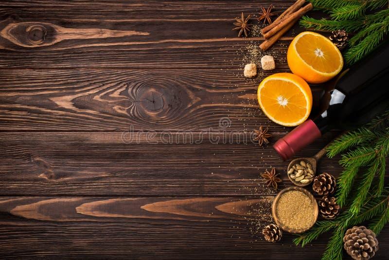 Fondo de la comida de la Navidad con los ingredientes para el vino reflexionado sobre foto de archivo libre de regalías