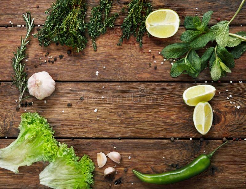 Fondo de la comida verde, madera rústica con el copyspace fotos de archivo libres de regalías