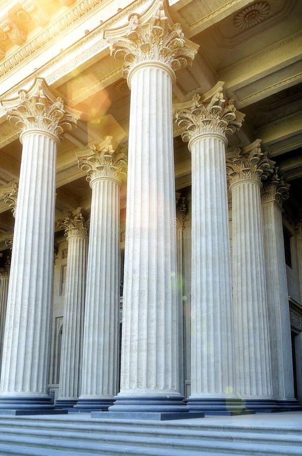 Fondo de la configuración Columnata de la catedral de Kazán en St Petersburg, Rusia Opinión de la fachada del primer bajo luz sua fotografía de archivo
