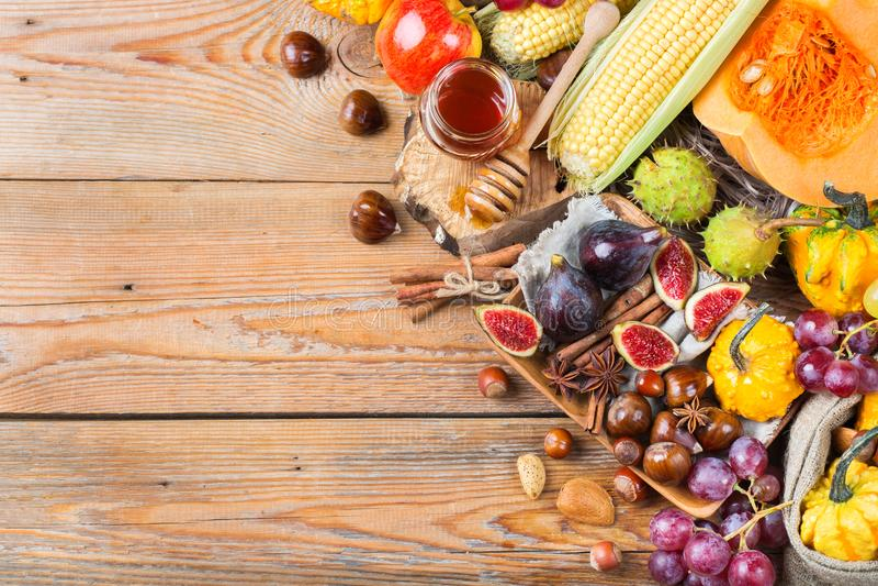 Fondo de la cosecha del otoño de la caída con maíz de la castaña de la manzana de la calabaza fotografía de archivo