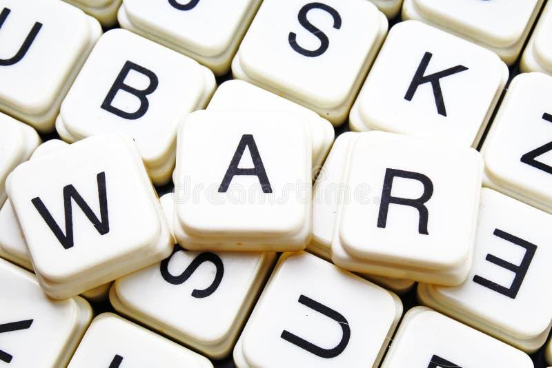 Fondo de la cubierta de la etiqueta del subtítulo de título del crucigrama de la palabra del texto de la guerra Bloques del jugue fotos de archivo