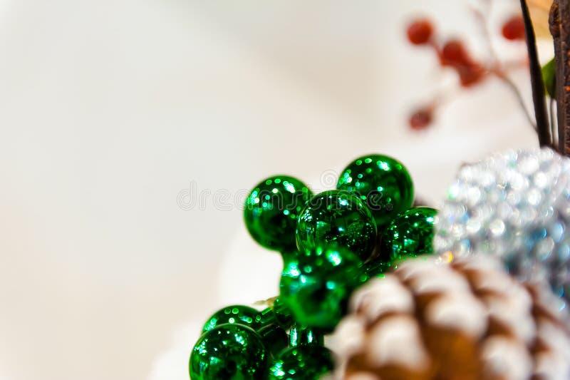 Fondo de la decoración de la Navidad: las bolas de los conos del pino y del ciprés con las ramitas en las otras guirnaldas de las foto de archivo libre de regalías