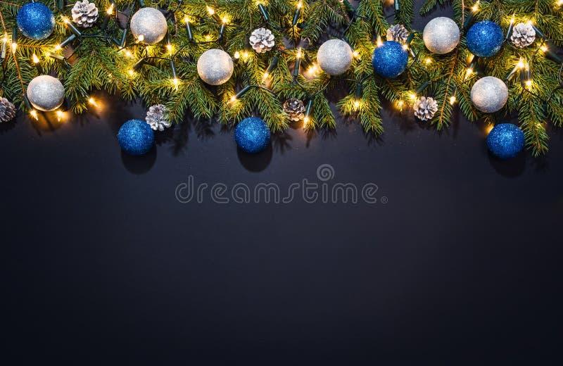 Fondo de la decoración de la Navidad sobre la pizarra negra fotos de archivo libres de regalías