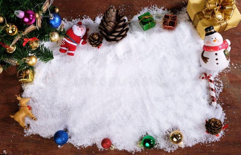 Fondo de la decoración de la Navidad o del Año Nuevo conos del pino del regalo imagenes de archivo