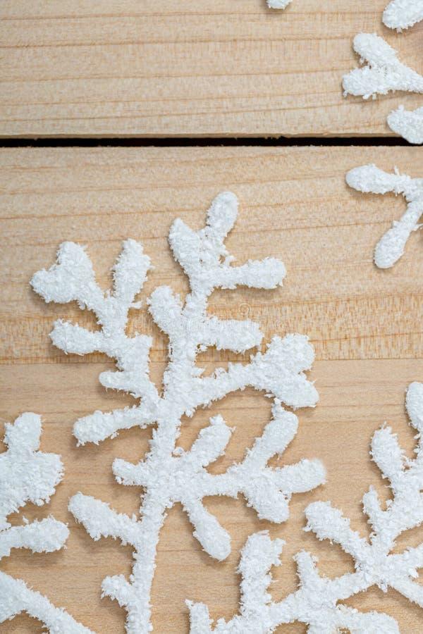 Fondo de la decoraci?n de la Navidad y espacio de la copia Copos de nieve artificiales en una tabla primer Feliz Navidad feliz y  foto de archivo libre de regalías