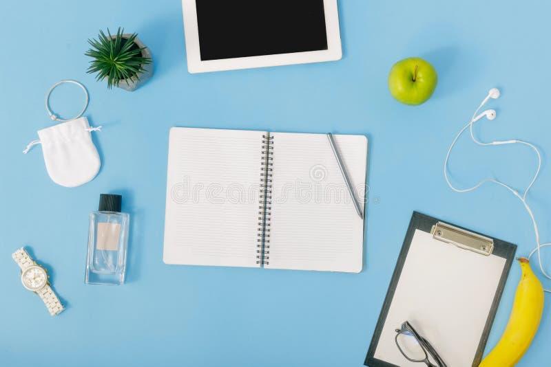 Fondo de la educación Cuaderno abierto, objetos para la educación, top foto de archivo libre de regalías