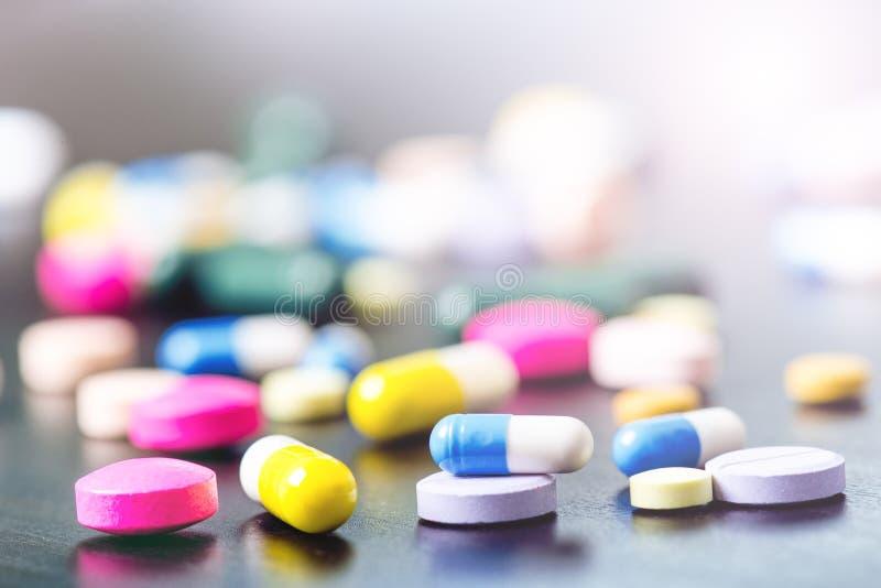 Fondo de la farmacia en una tabla negra Tabletas en un fondo negro Píldoras Medicina y sano Ciérrese para arriba de cápsulas Diff fotografía de archivo
