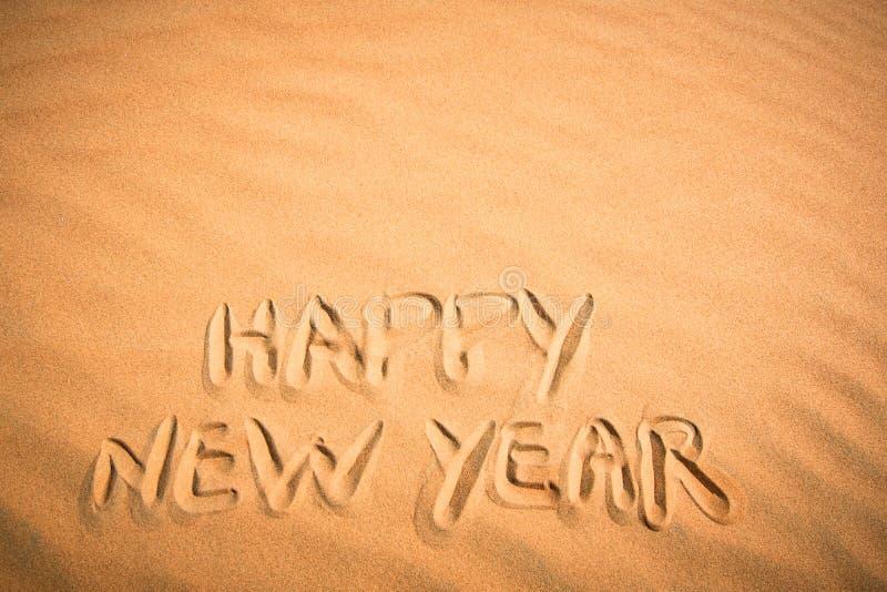 Fondo de la Feliz Año Nuevo Escritura en arena tropical imagen de archivo libre de regalías