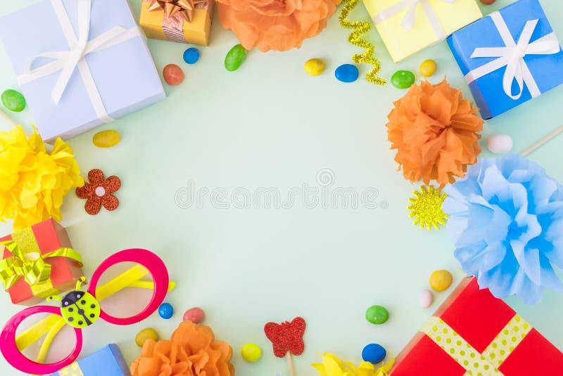 Fondo de la fiesta de cumpleaños con la decoración festiva, vidrios del carnaval, fotos de archivo libres de regalías