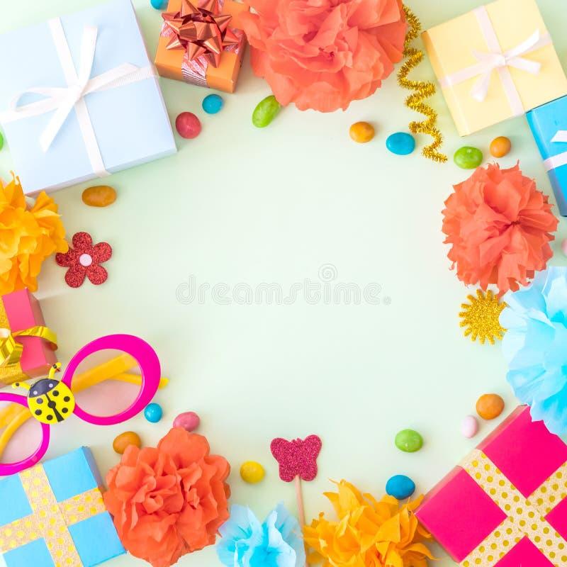 Fondo de la fiesta de cumpleaños con la decoración festiva, vidrios del carnaval, imagen de archivo