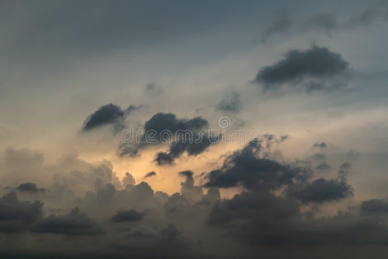 Fondo de la formación de la nube de la tarde del gris y del oro fotos de archivo libres de regalías