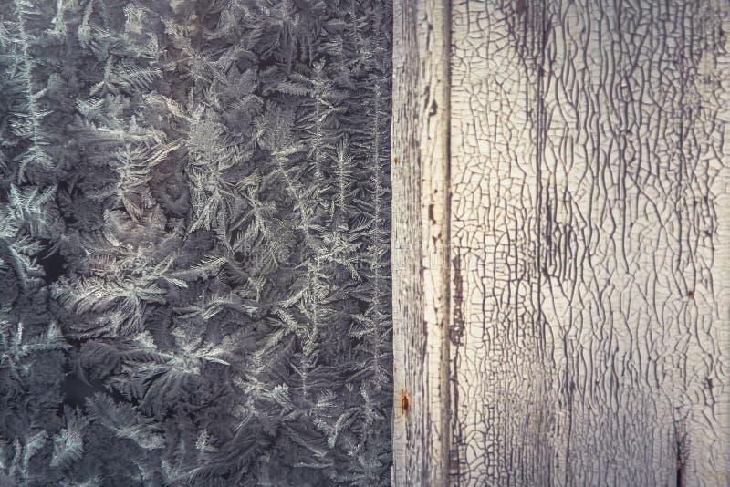 Fondo de la helada del invierno del vintage con la vieja superficie blanqueada de madera con el modelo de la helada en ventana co imágenes de archivo libres de regalías