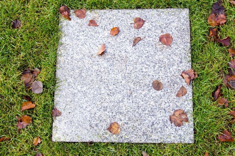 Fondo de la hoja de mármol antigua del otoño del césped del azulejo imágenes de archivo libres de regalías