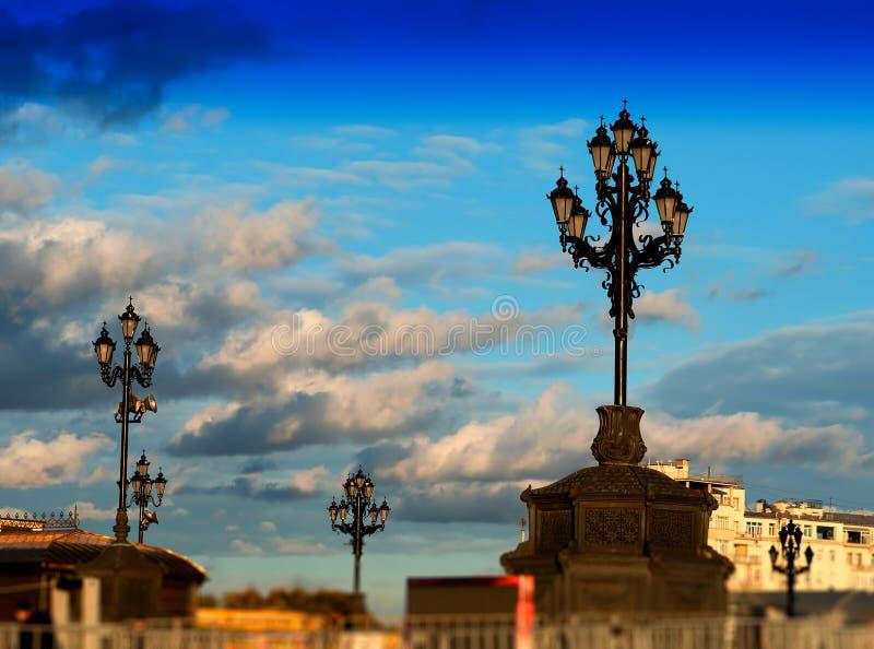 Fondo de la iluminación de la lámpara de la ciudad de Moscú imagen de archivo