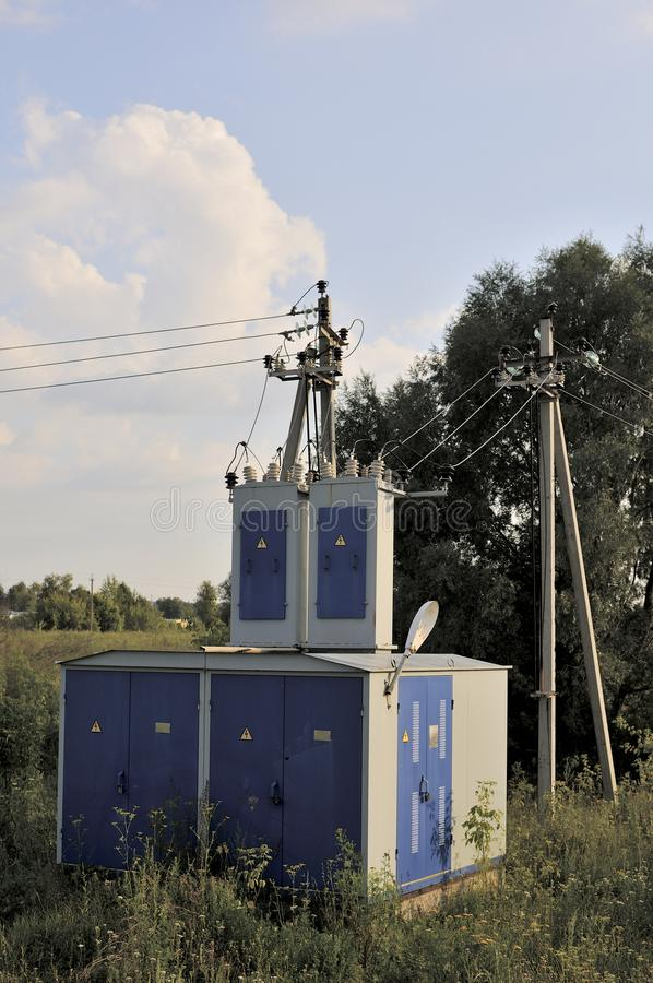 Fondo de la industria energ?tica del cableado confuso de la subestaci?n de alto voltaje del transformador que sirve la red el?ctr foto de archivo