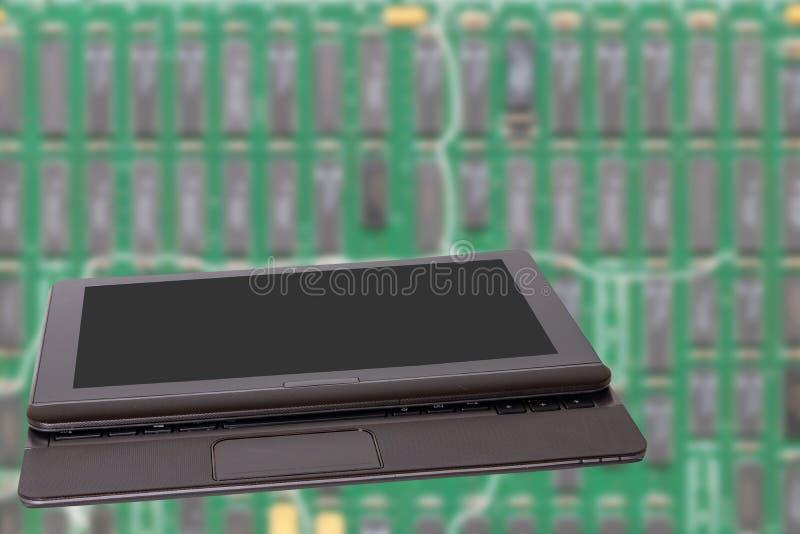 Fondo de la informática Ciérrese para arriba del ordenador portátil portátil moderno con una pantalla en blanco oscura o negra de fotografía de archivo libre de regalías