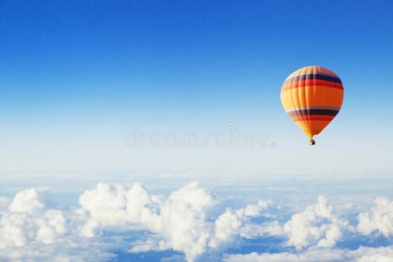 Fondo de la inspiración o del viaje, mosca, globo colorido del aire caliente en cielo azul imagen de archivo libre de regalías