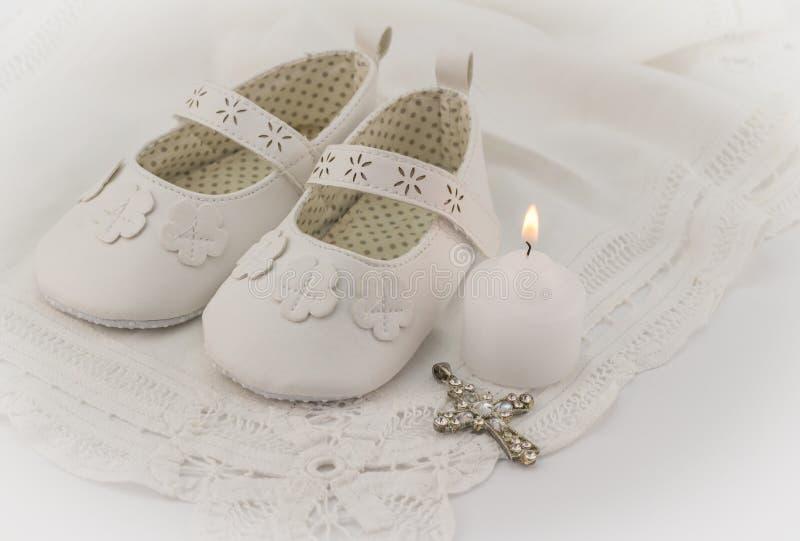 Fondo de la invitación de los botines del bautizo con el cordón blanco, candl foto de archivo