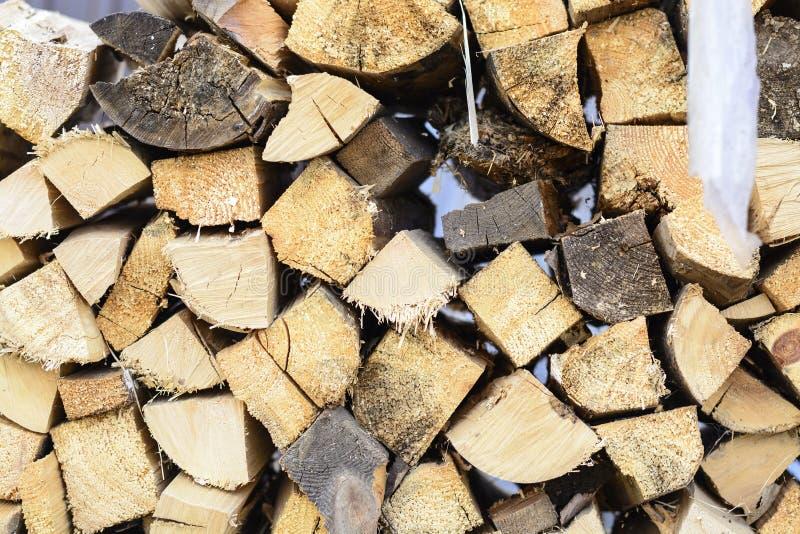 Fondo de la leña - madera dura partida secada al horno leña partida en la pila fotografía de archivo libre de regalías