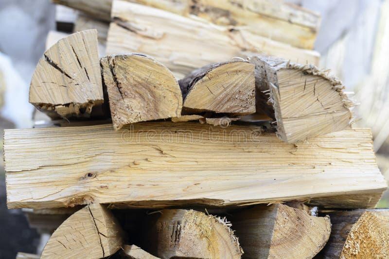 Fondo de la leña - madera dura partida secada al horno leña partida en la pila imagenes de archivo