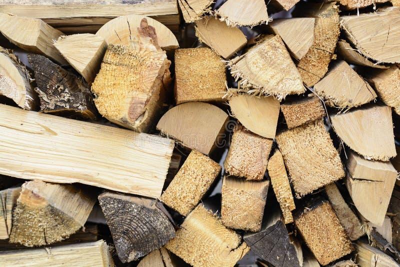 Fondo de la leña - madera dura partida secada al horno leña partida en la pila imágenes de archivo libres de regalías