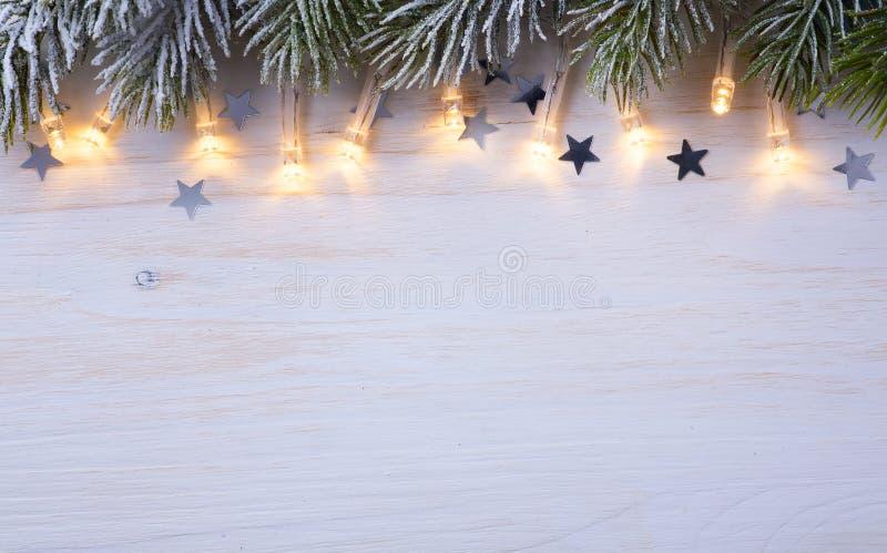 Fondo de la luz del árbol de Art Christmas con Br del abeto de Frost imágenes de archivo libres de regalías