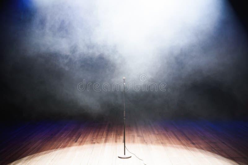 Fondo de la música en directo Luces del micrófono y de la etapa Cante y Karaoke imagen de archivo