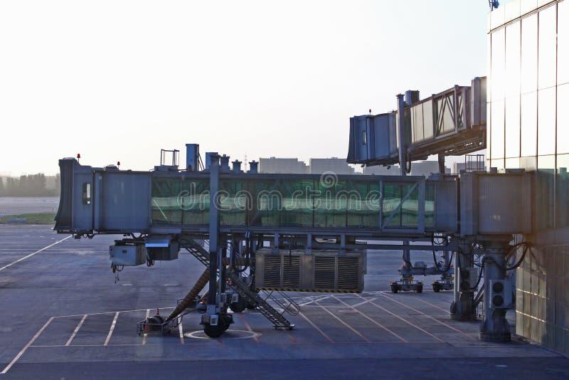 Fondo de la mañana de las salidas de las llegadas del aeropuerto de la manga de la escalera fotografía de archivo libre de regalías