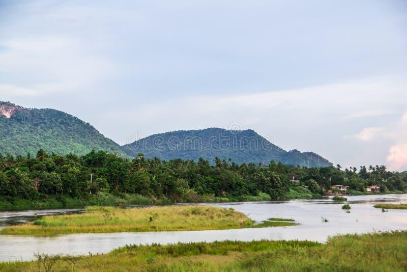 Fondo de la montaña y del río con el cielo fotos de archivo
