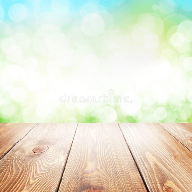 Fondo de la naturaleza del verano con la tabla de madera fotografía de archivo