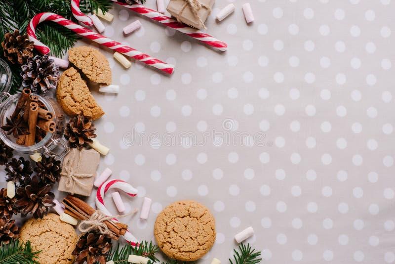 Fondo de la Navidad con la decoración festiva en el fondo blanco fotografía de archivo