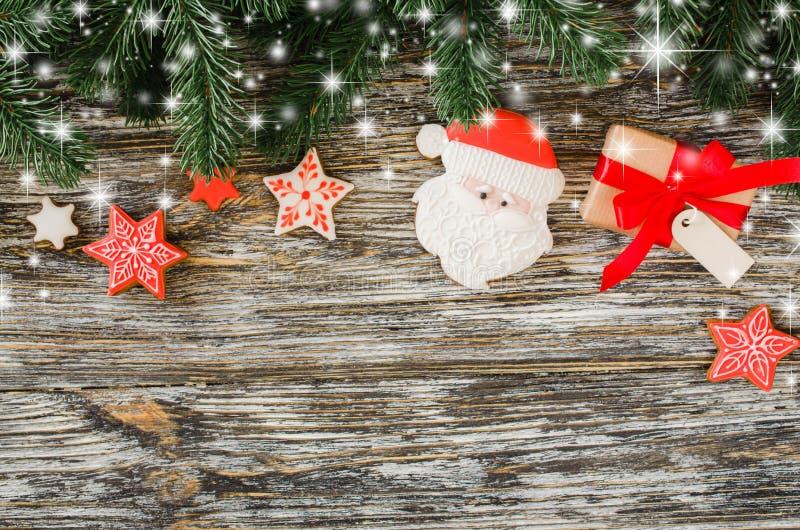 Fondo de la Navidad con el árbol de abeto, el pan de jengibre Papá Noel y el regalo fotos de archivo libres de regalías