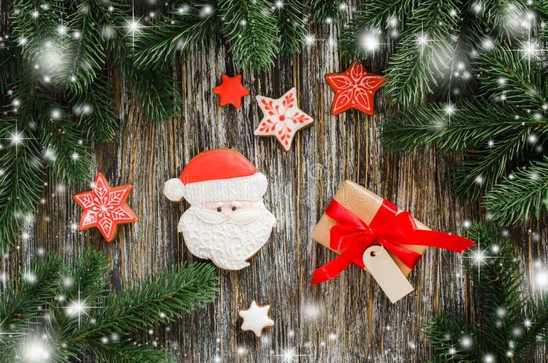 Fondo de la Navidad con el árbol de abeto, el pan de jengibre Papá Noel y el regalo fotografía de archivo