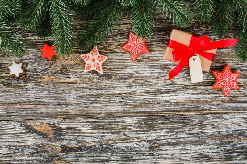 Fondo de la Navidad con el árbol de abeto, el pan de jengibre y el regalo foto de archivo