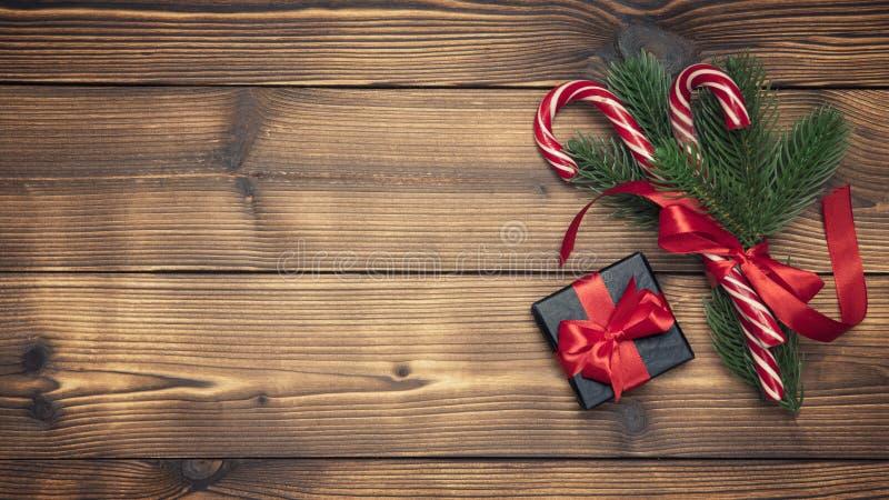 Fondo de la Navidad con el árbol de abeto y caja de regalo en la tabla de madera Opinión superior de la decoración del Año Nuevo  fotos de archivo libres de regalías
